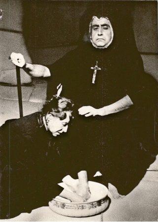 """Julio Cardoso y Fernanda Alves en """"La casa de Bernarda Alba"""".  Teatro Experimental de Oporto."""